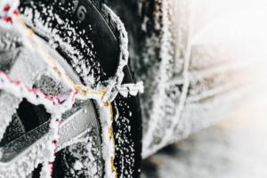 Colocar cadenas de nieve en las ruedas del coche